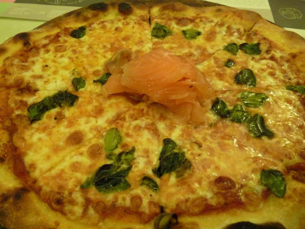 פיצה מרגריטה עם סלמון כבוש (צילום טל שטרן)