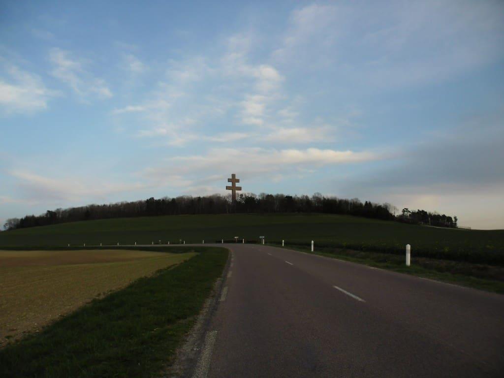 צלב לוריין במתחם קברו של שארל דה גול Colombey-les-Deux-Eglises (צלום דני בר)