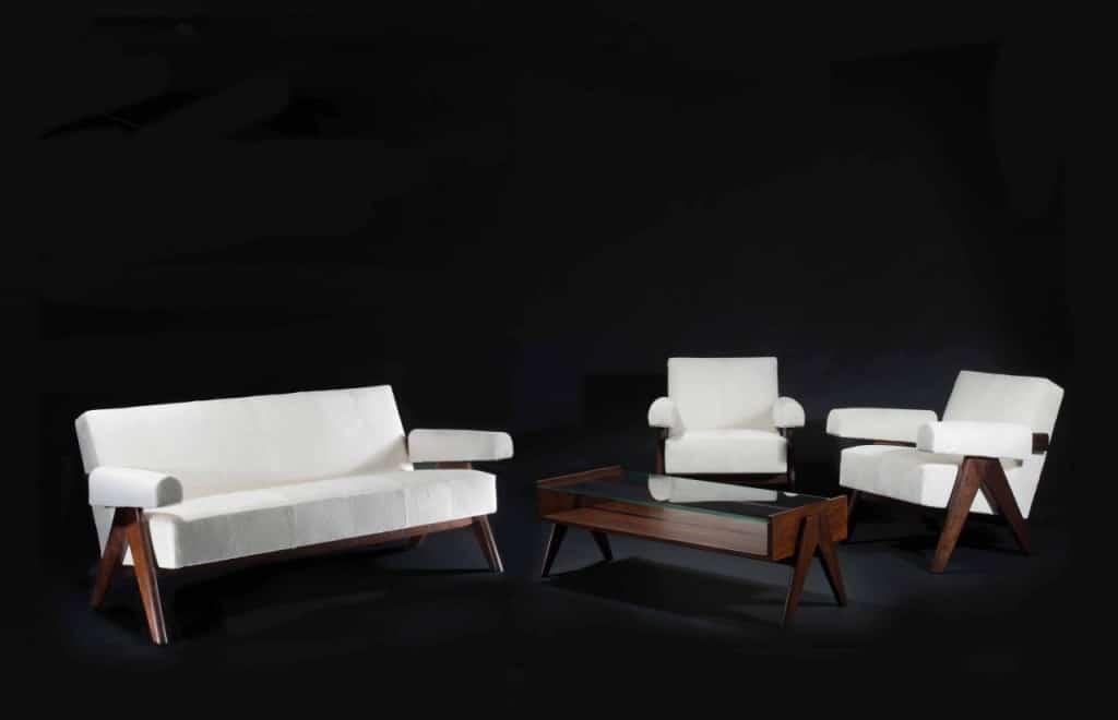 פייר ג'נרט, ספה וזוג כורסאות, עץ טיק ועור פוני לבן, 1958 (צילום ארטקוריאל)