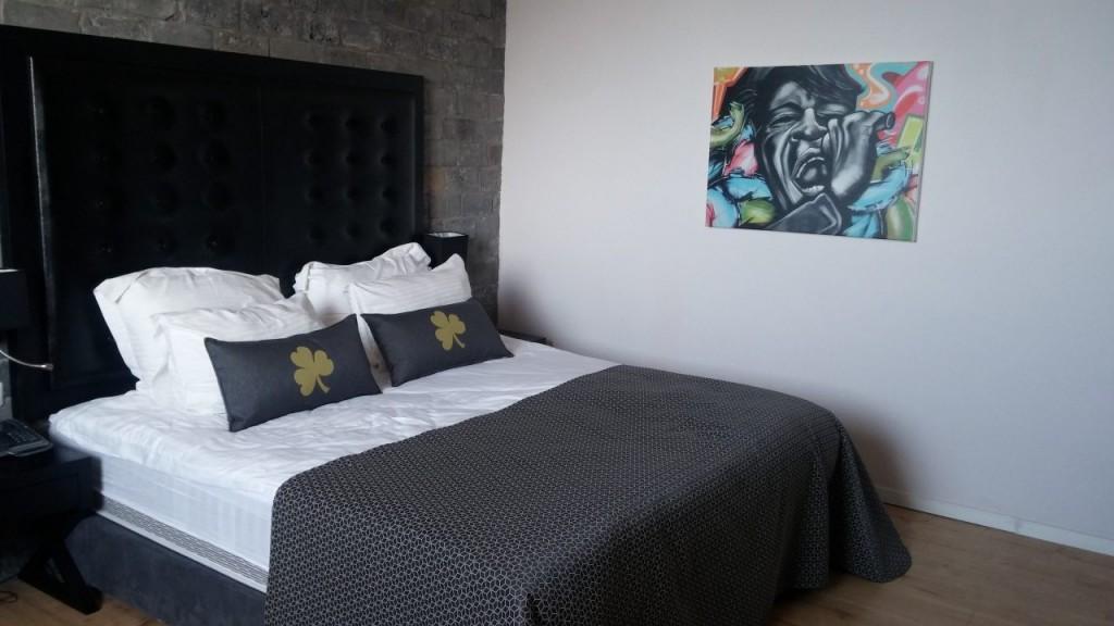 החדר המעוצב והמפנק במלון (צילום רפי פליישמן)