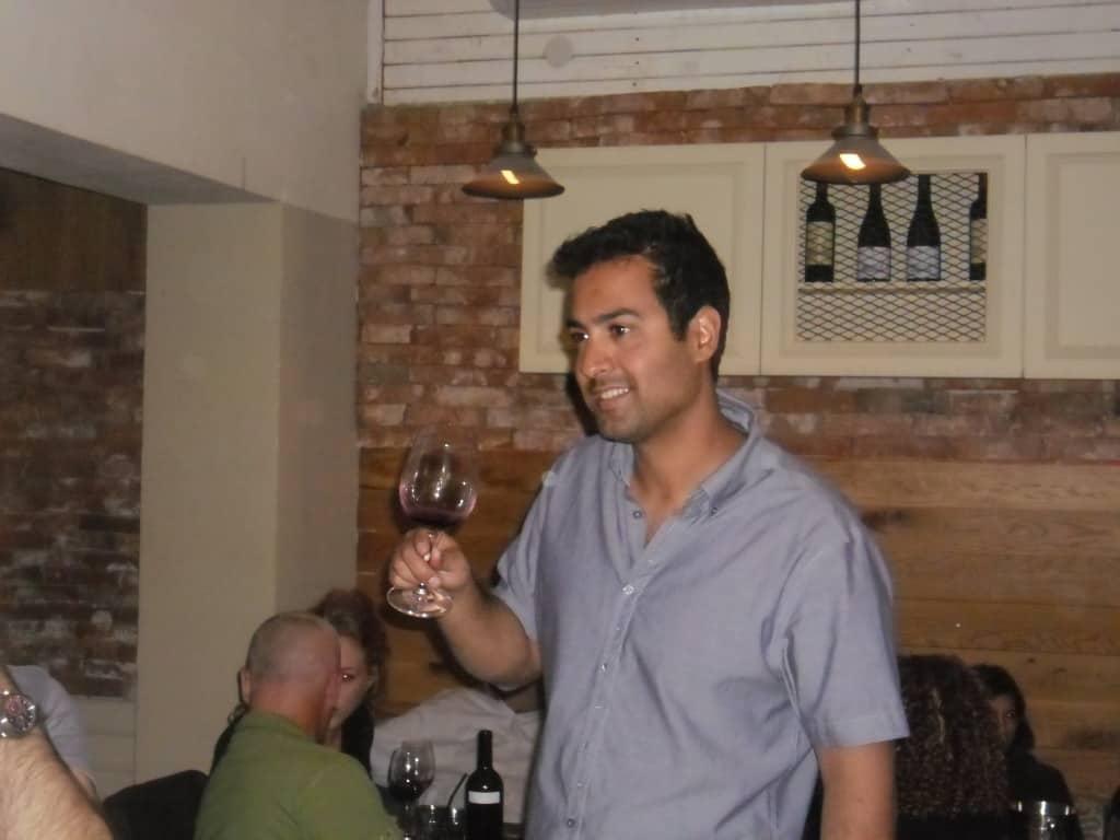 יוגב צדוק היינן עם היין (צילום דני בר)