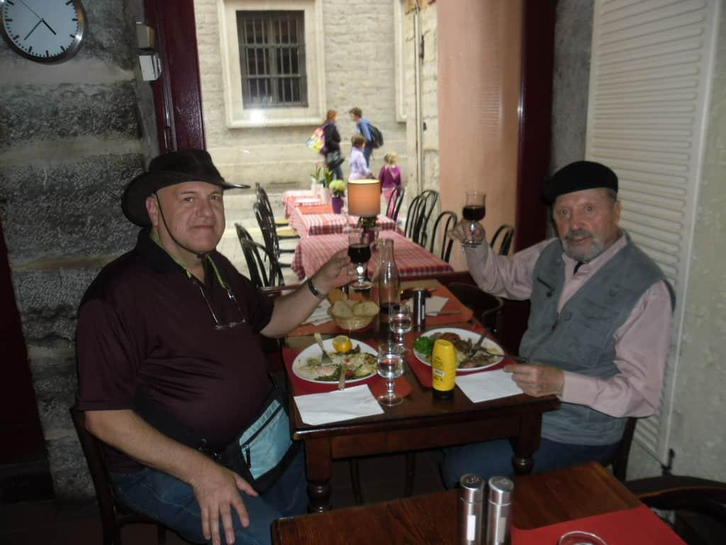 מימי ואני, מרימים כוס לחיים במסעדה ליונזית  (צילום דני בר)
