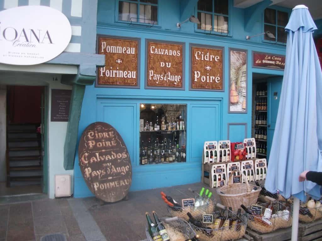 חנות אופיינית עם אוצר של קלבדוס סיידר וקממבר (צילום דני בר)
