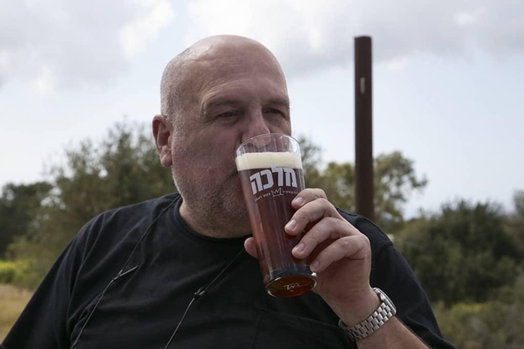טעימת בירה מלכה (צילום דן בר-דוב)