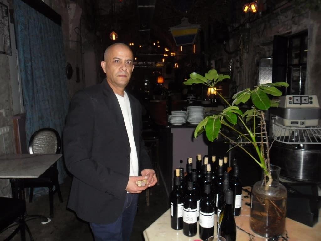 ששון בן-אהרון עם יינות מוני (צילום דני בר)