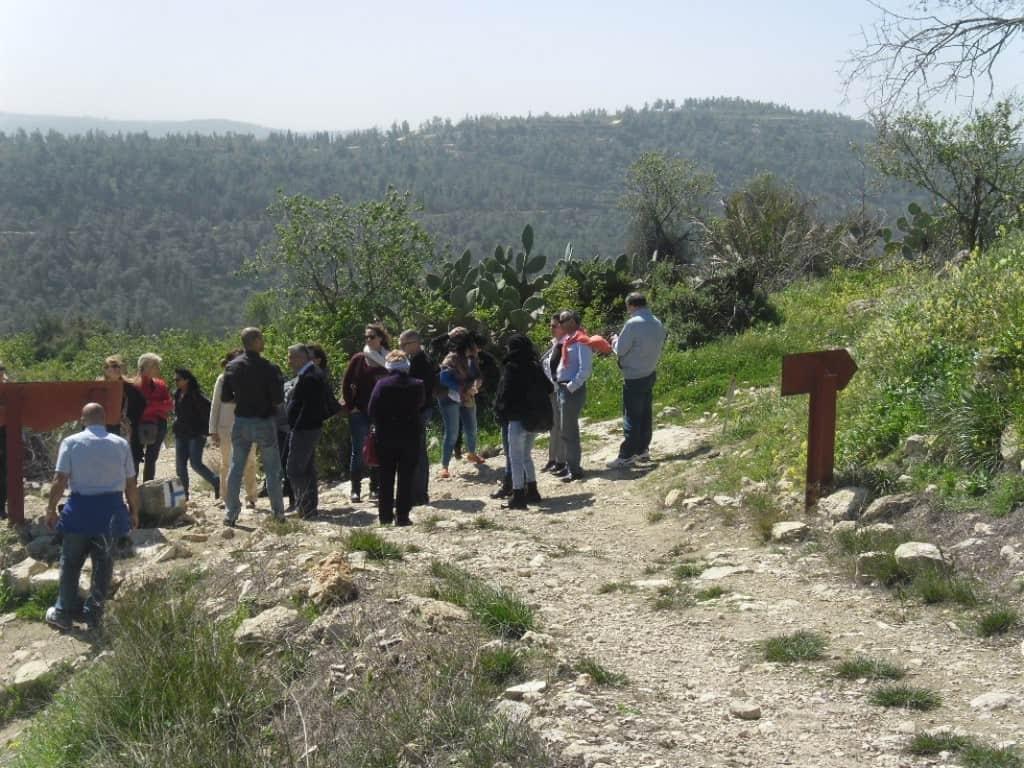 מטיילים ישראלים עם מדריך שאינו מורה דרך (צילום דני בר)