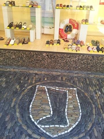 חנות נעליים ושלט הפסיפס בחזית (צילום דני בר)