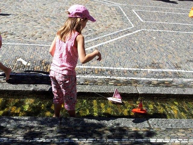 תעלות המיים ברחובות פרייבורג הן מגרש משחקים בקיץ (צילום דני בר)