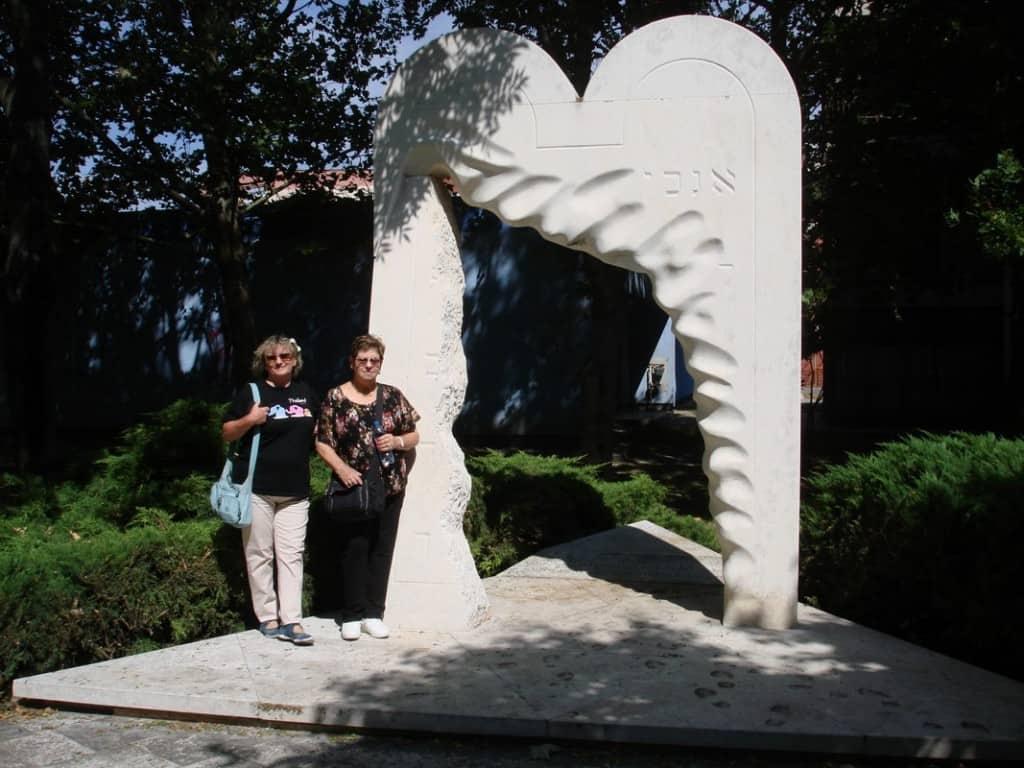 לוחות הברית עולות בלהבות - אנדרטה במקום בו עמד בית הכנסת ב DUNASZERDAHELY נקרא היום בסלובקית DUNAYSKA STREDA (צילום אריאלה פלד)