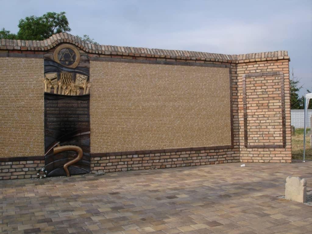 האנדרטה לזכר 2700 קרבנות השואה מהעיירה. הוצב ב 2014 (צילום אריאלה פלד)