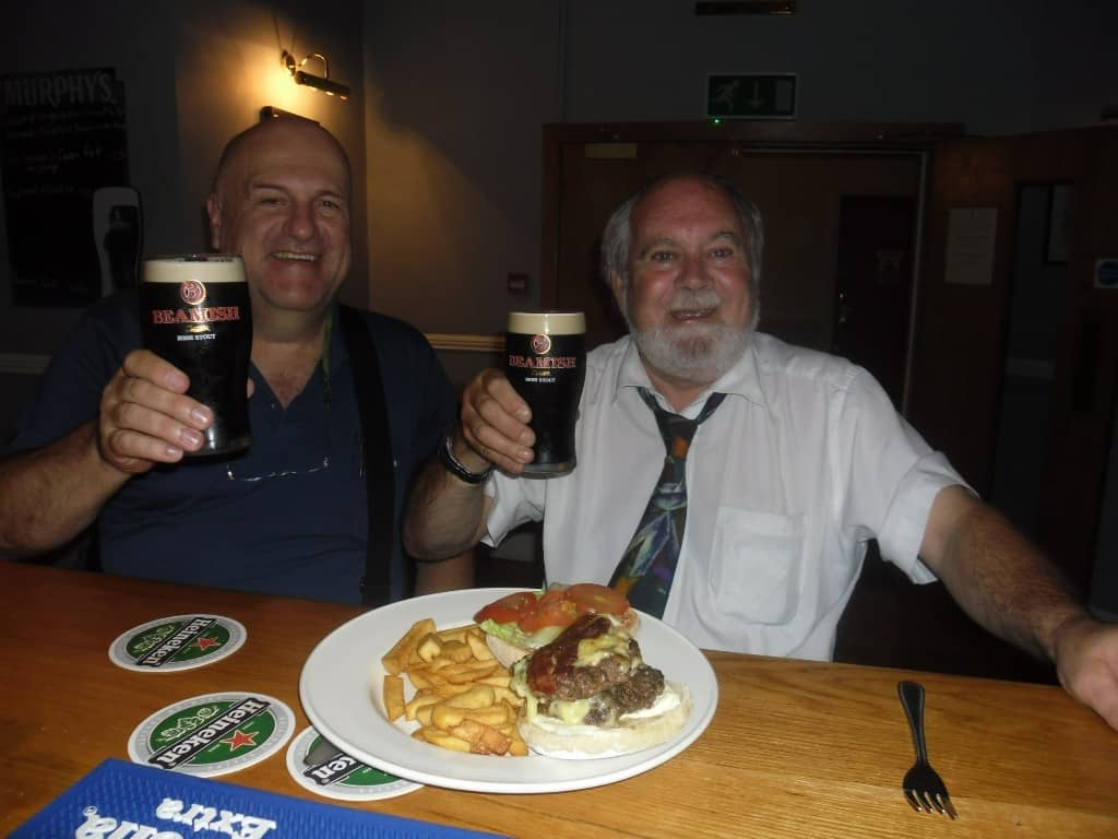 אני והנהג שלי עם בירה אירית פחות מוכרת (צילום דני בר)