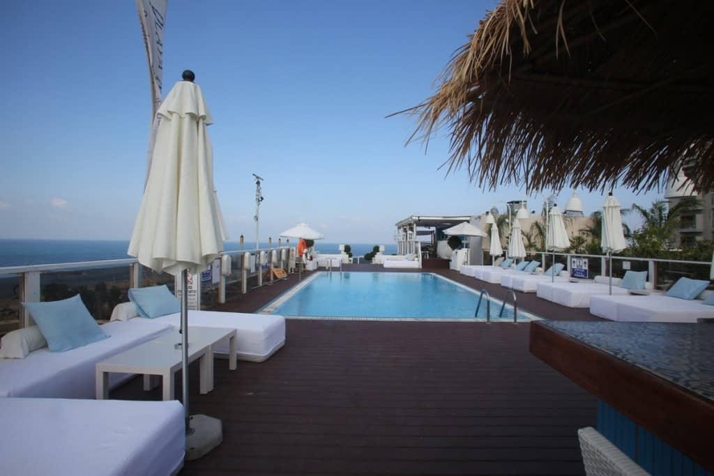 """הבריכה בגג מלון מרינה תל-אביב (צילום יח""""צ)"""