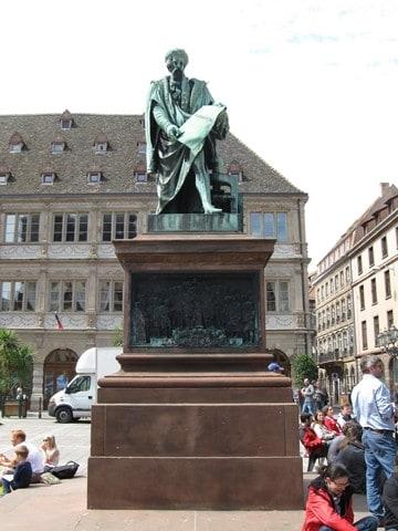 גוטנברג בכיכר הקרויה על שמו (צילום דני בר)