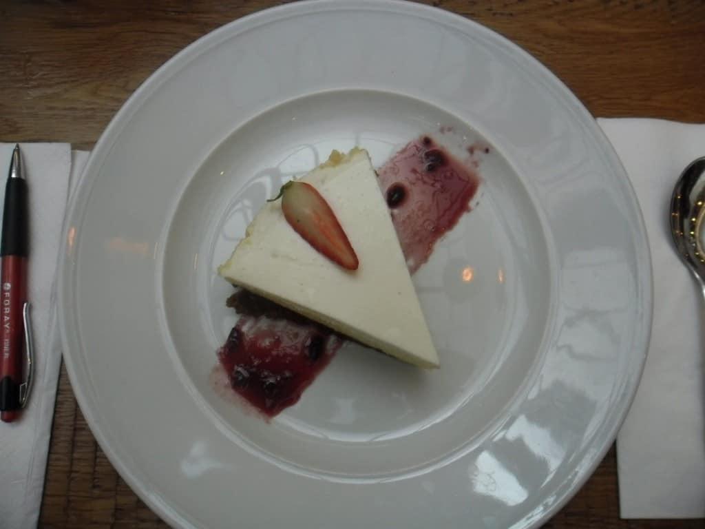 פרוסת עוגת גבינה מעוצבת (צילום דני בר)