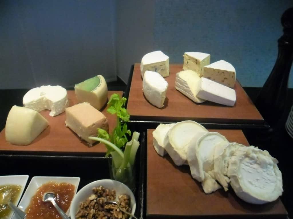 מגוון גבינות קשות וחצי קשות (צילום דני בר)