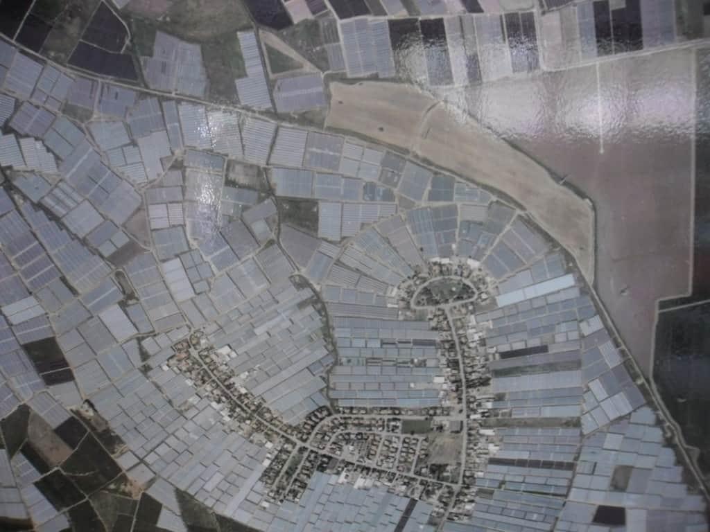 צילום אווירי מושב אחיטוב המוקף חממות מלפפונים (צילום דני בר)
