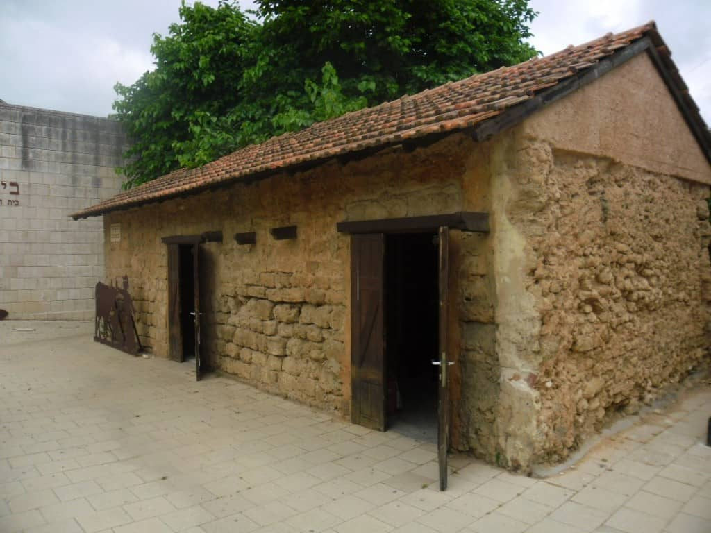 מבנה הסטורי בחצר המוזיאון (צילום דני בר)