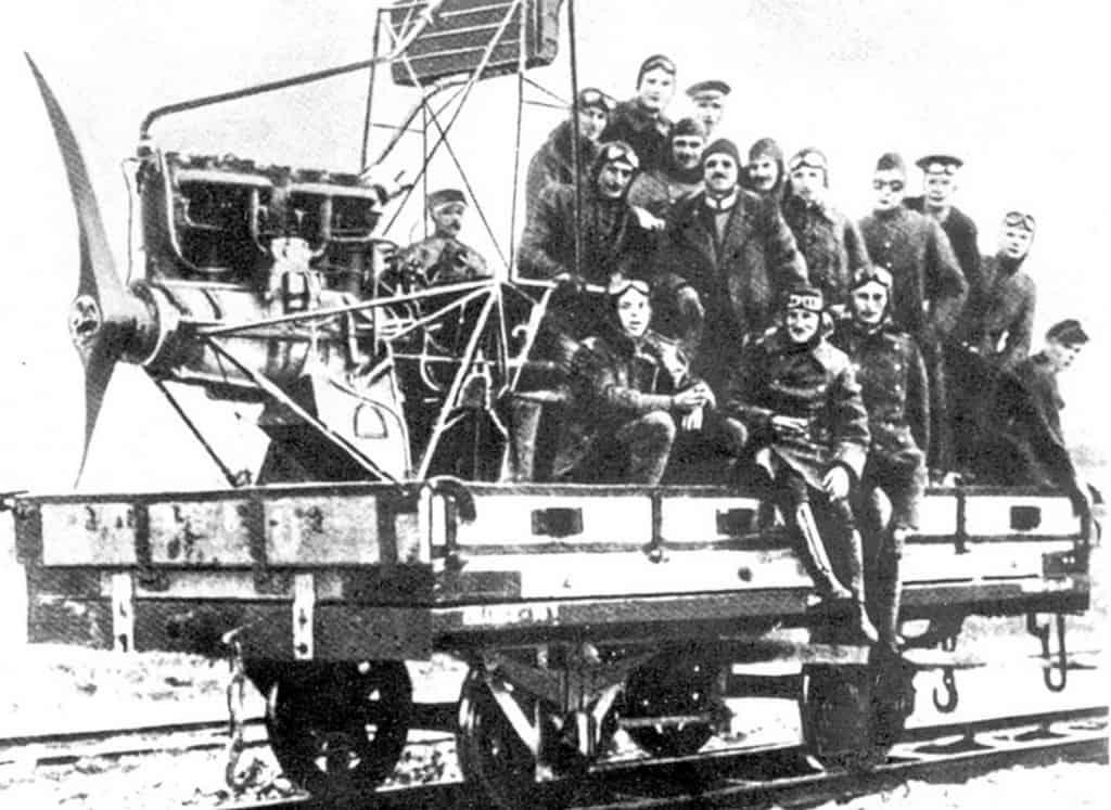 """הטייסים """"טסים"""" בקרון-מטוס לפאב בחיפה (מקור ויקימדיה)"""
