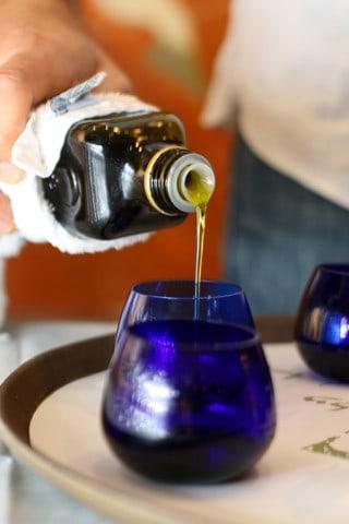 מוזגים שמן זית לכוסיות טעימה כחולה ותקנית (צילום אילן לוי)