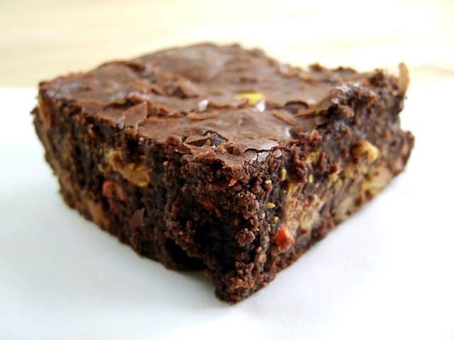 """Reese's Pieces brownie"" מאת Bryan Ochalla - Flickr: Reese's Pieces brownie. מתפרסם לפי רישיון CC BY-SA 2.0 דרך ויקישיתוף"