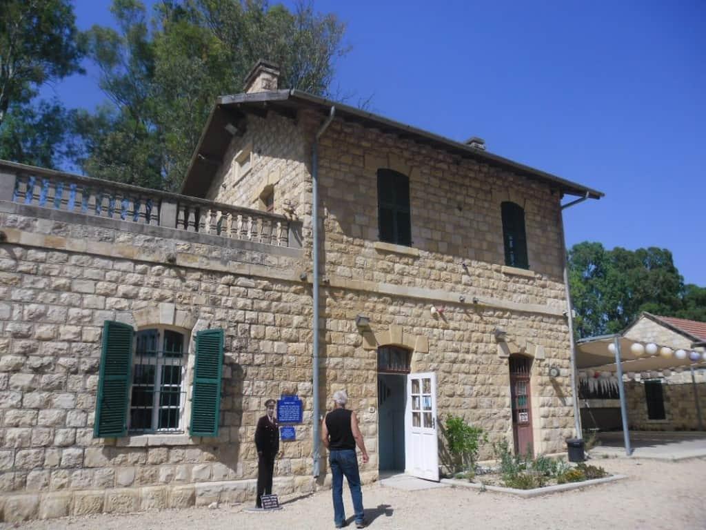 הבניין הראשי בתחנת הרכבת כפר יהושע - למעלה גרה משפחת מנהל התחנה (צילום דני בר)