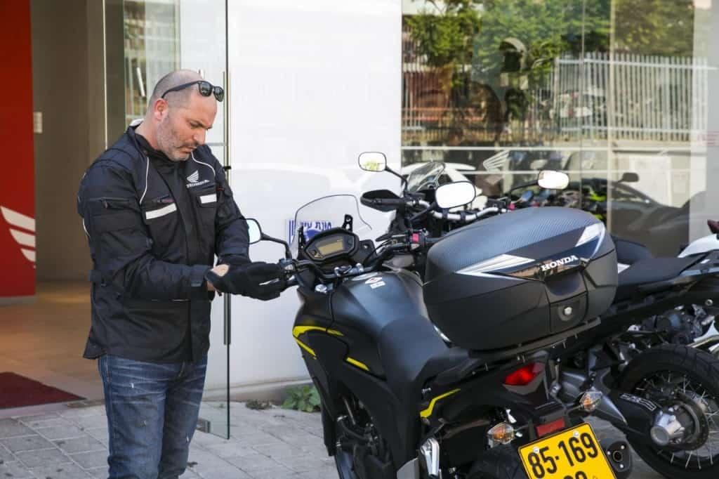 ליאור רז עם ההונדה החדשה שלו (צילום לם-וליץ סטודיו 101)