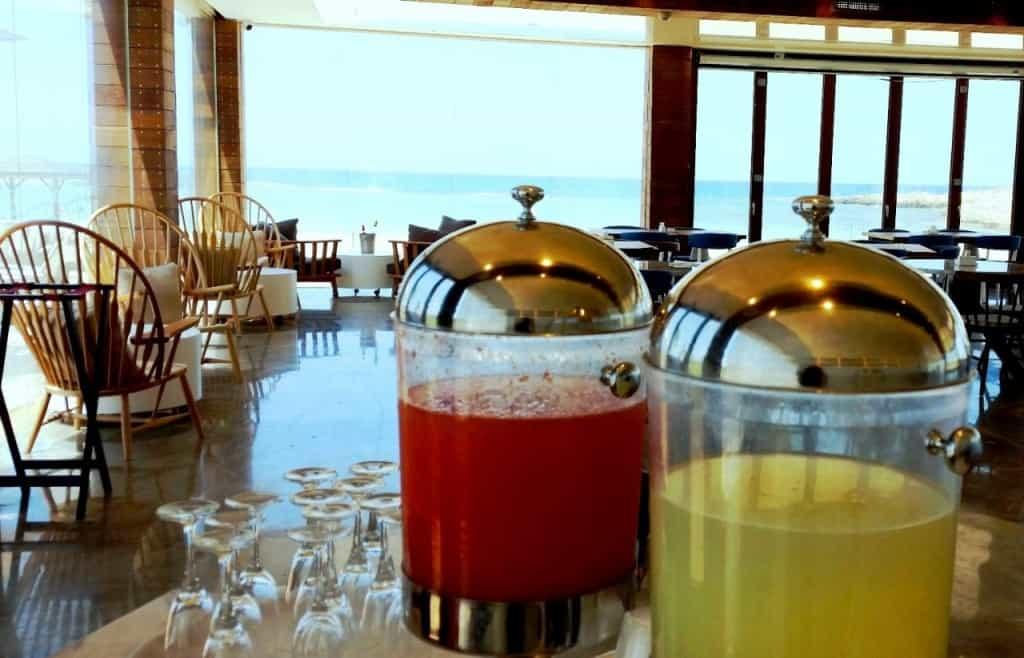 """לובי בר מלון חוף נחשולים (צילום יעל שביט- יח""""צ)"""