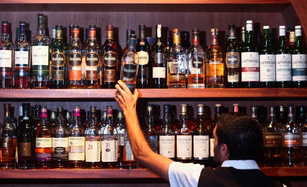 100 סוגי וויסקי סינגל מאלט  לפחות (צילום אלירן אביטל)