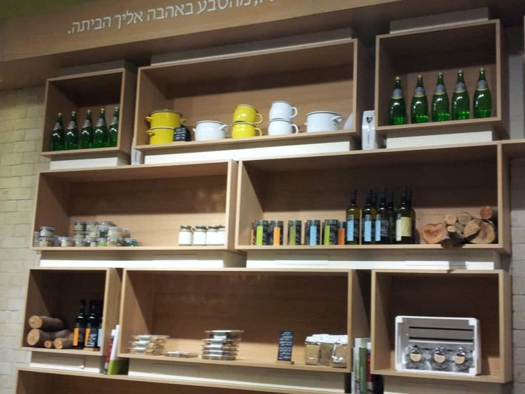 מבחר מעדנים בקפה לואיז (צילום דני בר)