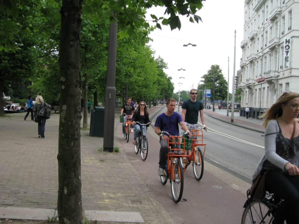רוכבי אופניים על שבילים מרווחים באמסטרדם (צילום דני בר)