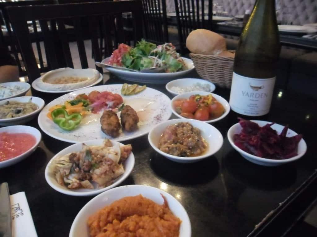 הרבה סלטים ויין על השולחן אצל בני הדייג (צילום אביבה בר)