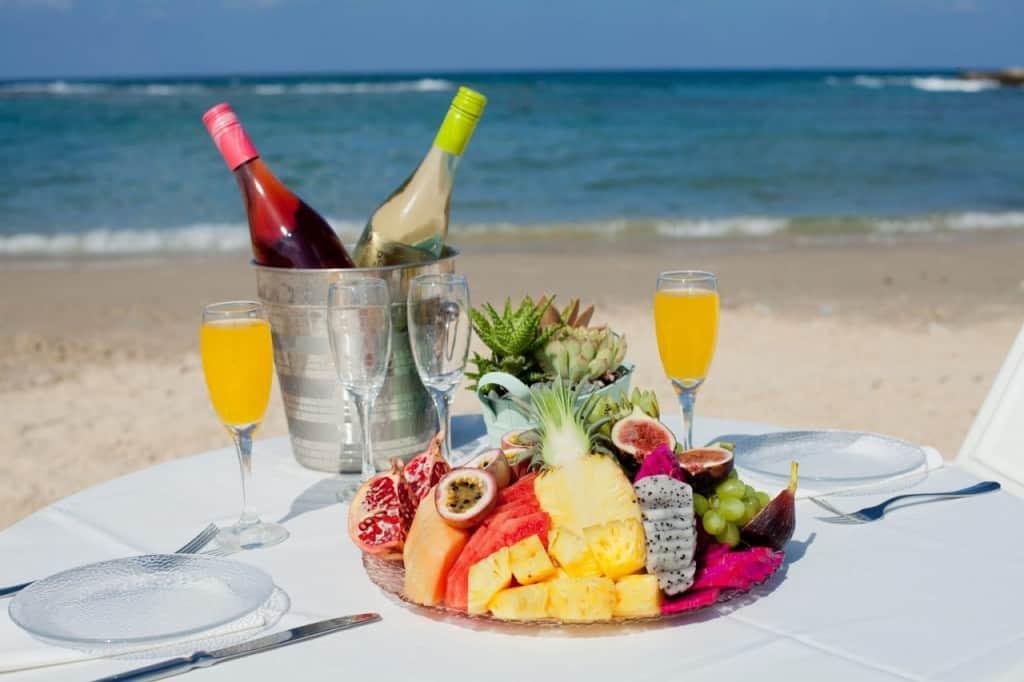 ארוחת-בוקר מול הים מלון נחשולים (צילום בועז לביא)