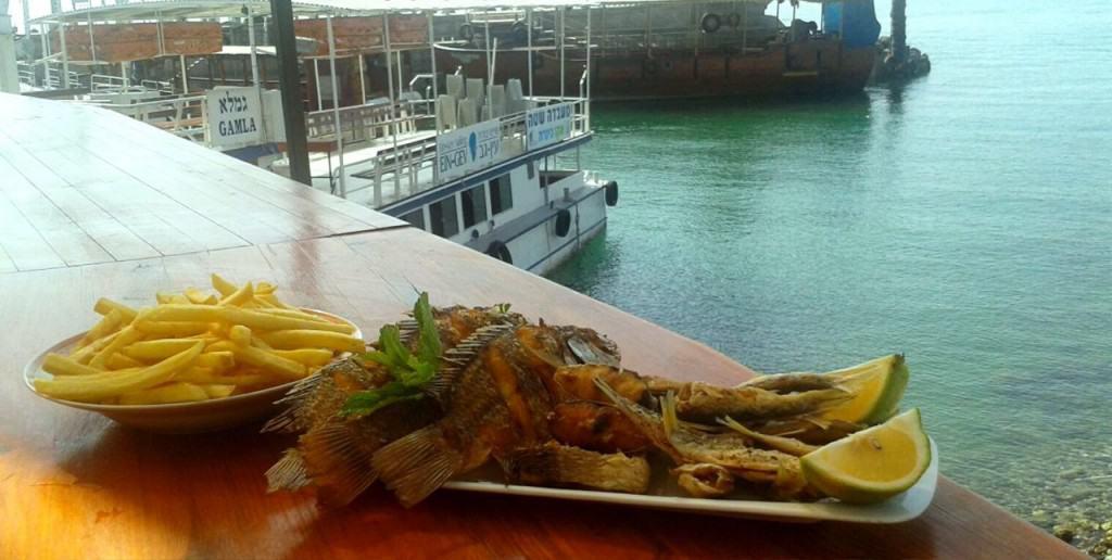 מטעמי דגים וציפס במפגש הדייגים בנמל עין גב (צילום טל ציון)