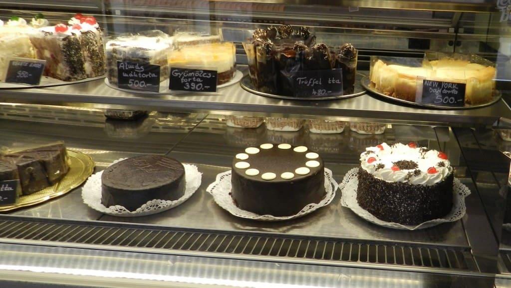 עוגות בחלון התצוגה (צילום אבי אובליגנהרץ)
