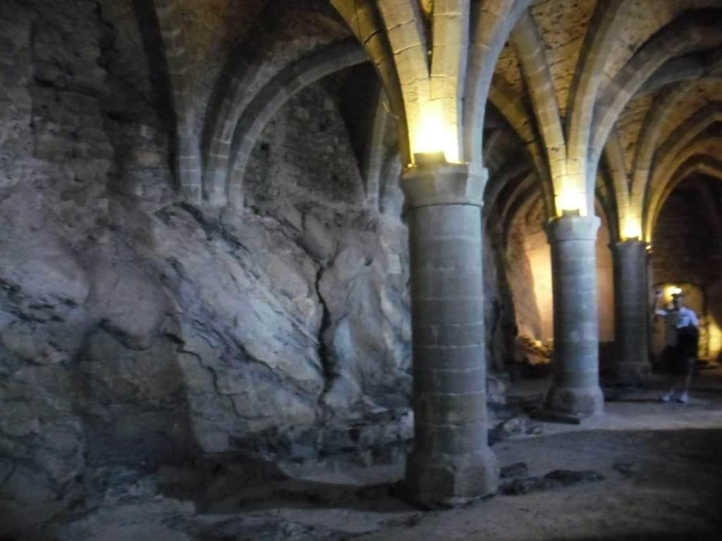 מרתף הכלא בו שהה הלורד ביירון, טירת שאיו, שוויץ (צילום דני בר)