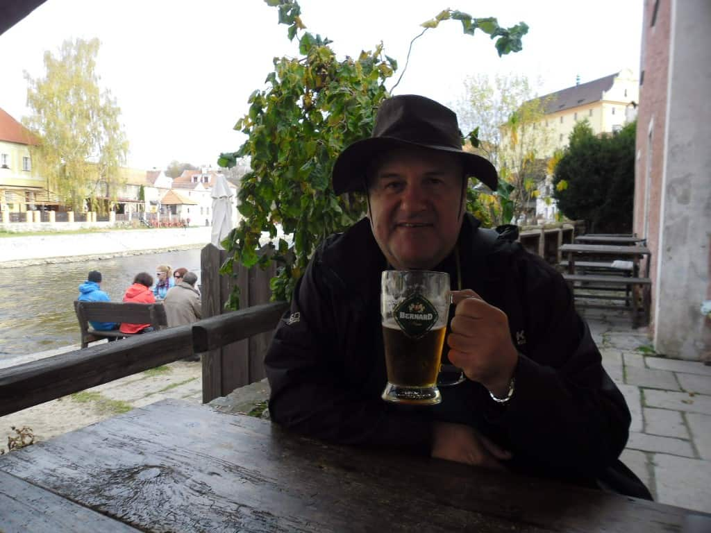 אורח שותה בירה (צילום דני בר)