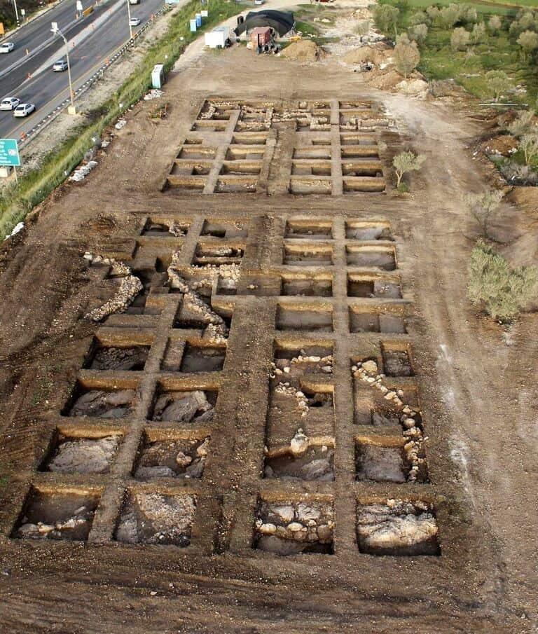אתר החפירה באחיהוד, בו נמצאו זרעי הפול המבויתים הקדומים בעולם. (צילום: חברת Skyview, באדיבות רשות העתיקות)