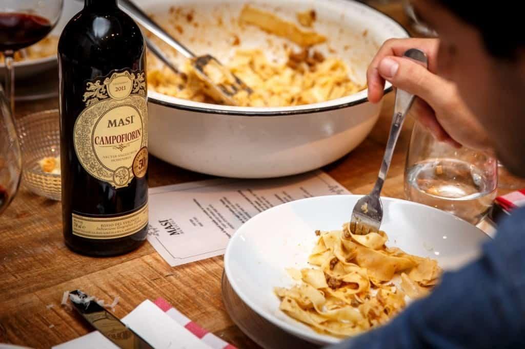המנה של איטליה עם יין