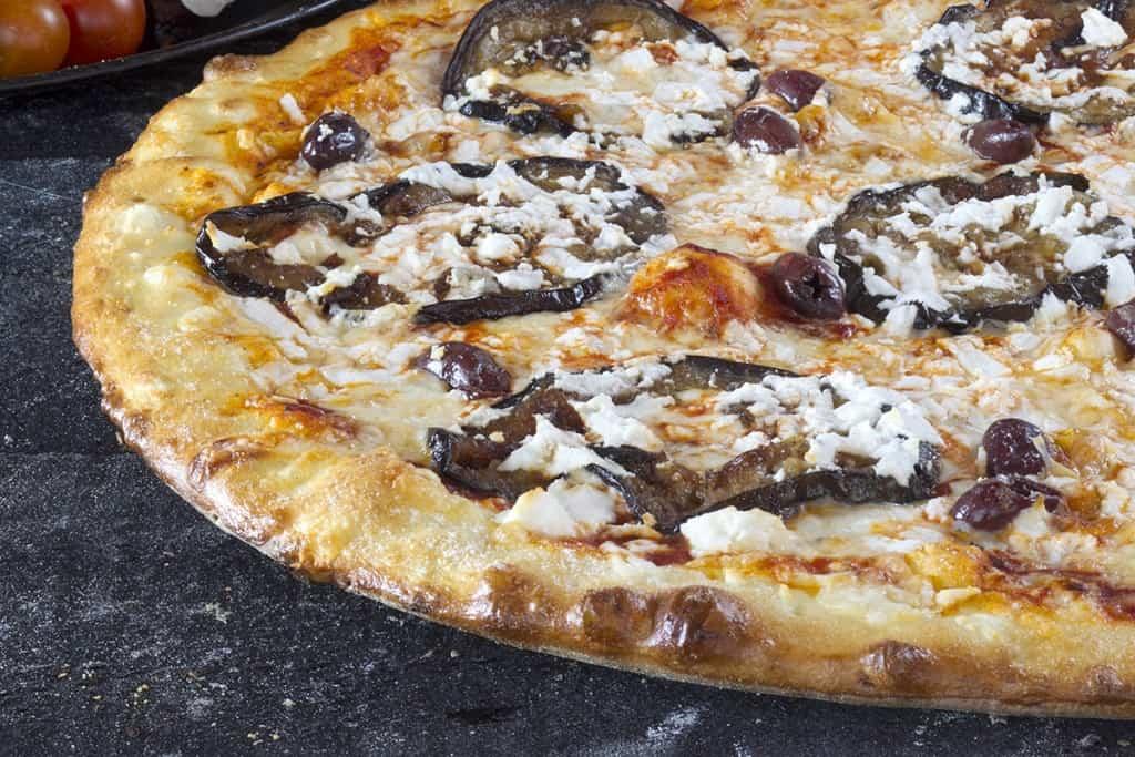 פיצה דון פרדו עם חצילים (צילום אנטולי מיכאלו )
