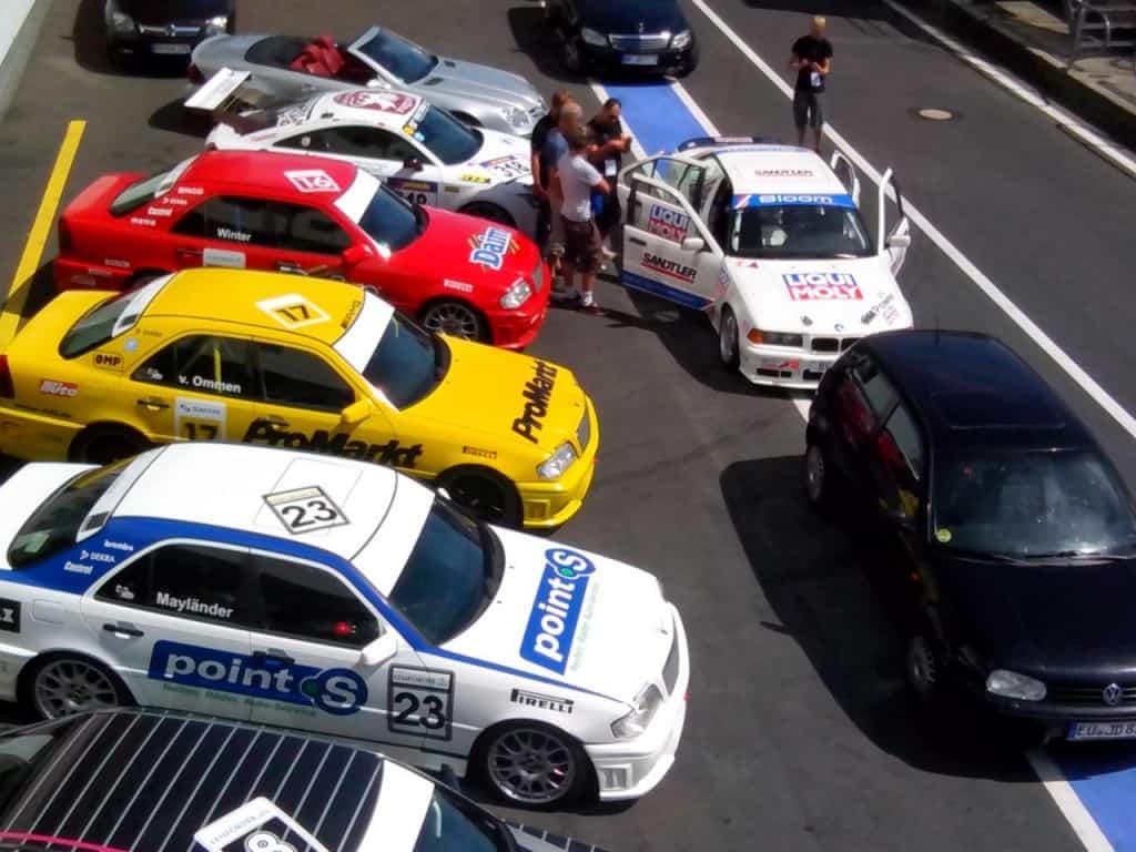 מכוניות ערוכות לנסיעה על המסלול על יד הפיט (צילום דני בר)