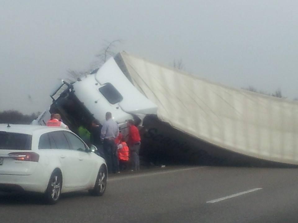 תאונה כתוצאה מרוח (צילום עמית לוי)