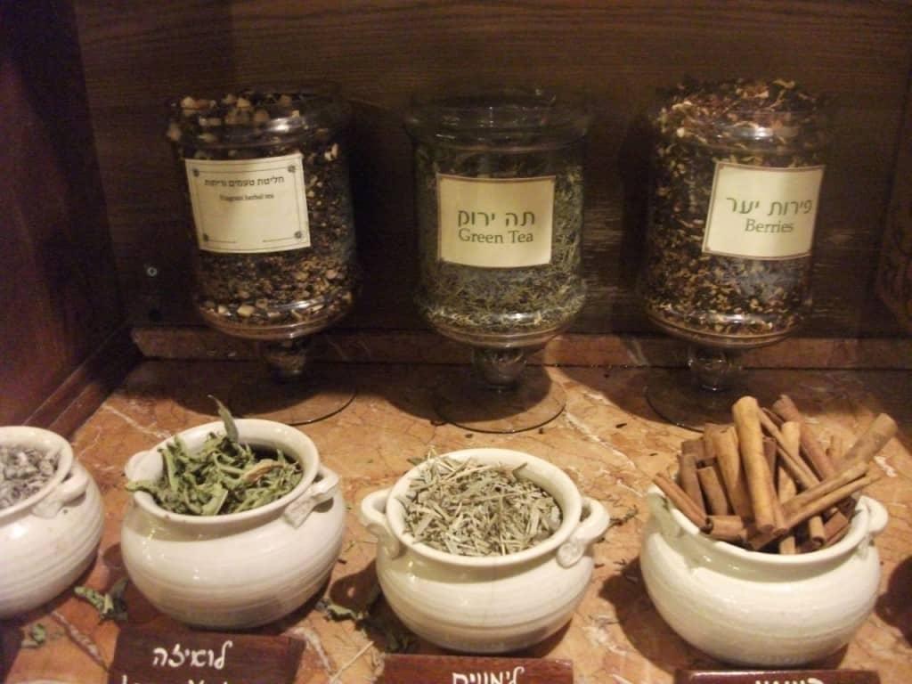 פינת התה במצפה הימים עם שלל סוגי צמחי תבלין מגינת החווה (צילום דני בר)