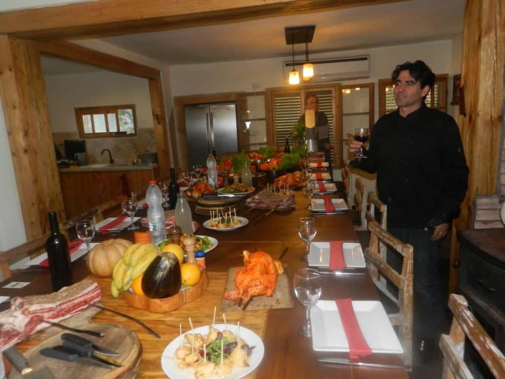 השף רודד ושולחן התקרובת (צילום אבי אובליגנהרץ)