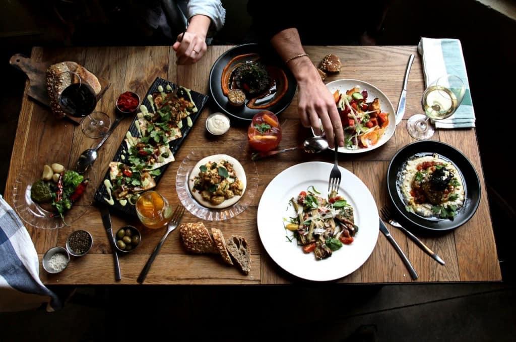 """ארוחת חברים מטבח לילה (צילום יח""""צ)"""