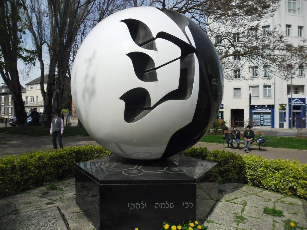 """פסל רש""""י במרכז טרואה (צילום דני בר)"""
