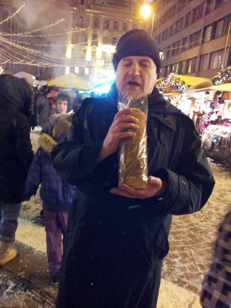 ככה אוכלים קורטוש בהונגריה (צילום אביבה בר)