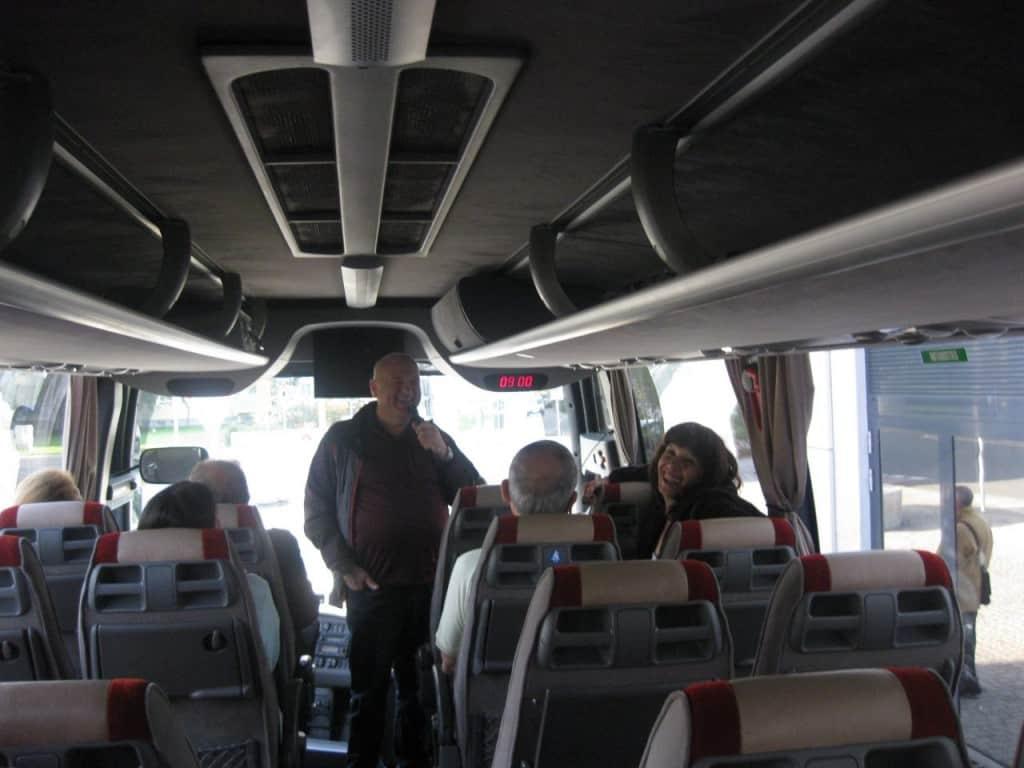 דני מדריך באוטובוס (צילום דני בר)
