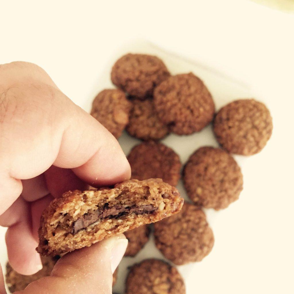 עוגיות גרנולה במילוי שוקולד (צילום: ניסים בן כהן)