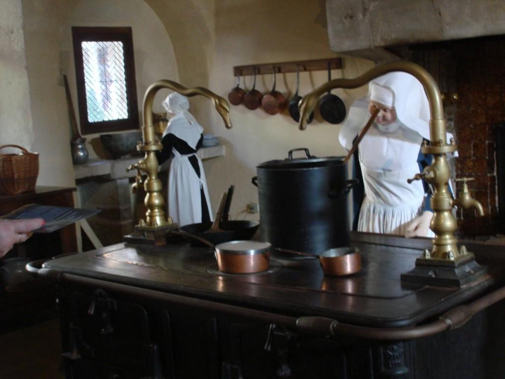 המטבח עם נזירות רחמניות (צילום אריאלה פלד)