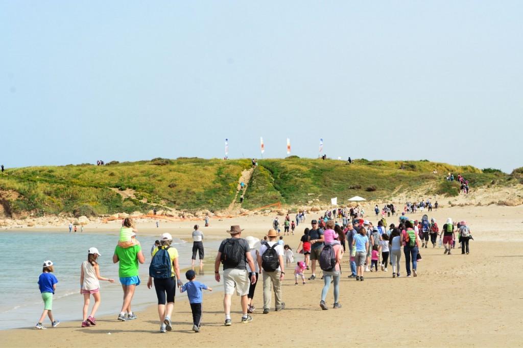 צועדים על הים (צילום כרמלים)